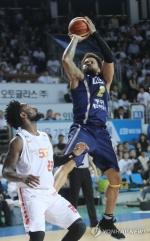 프로농구 KCC, 벼랑 끝에서 SK에 반격…4강 PO 1승 2패