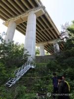 충남 예산서 고속도로 교량 난간작업 중 근로자 4명 추락해 숨져