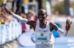 케냐 킵초게, 남자마라톤 세계 新…2시간01분39초(종합)
