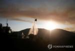 """美서부 산불 피해지역 '악마의 강풍'과 사투…""""24시간이 고비"""""""