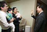 충남 아기수당 지급 첫날…양승조 지사 공무원 부부 가정 방문